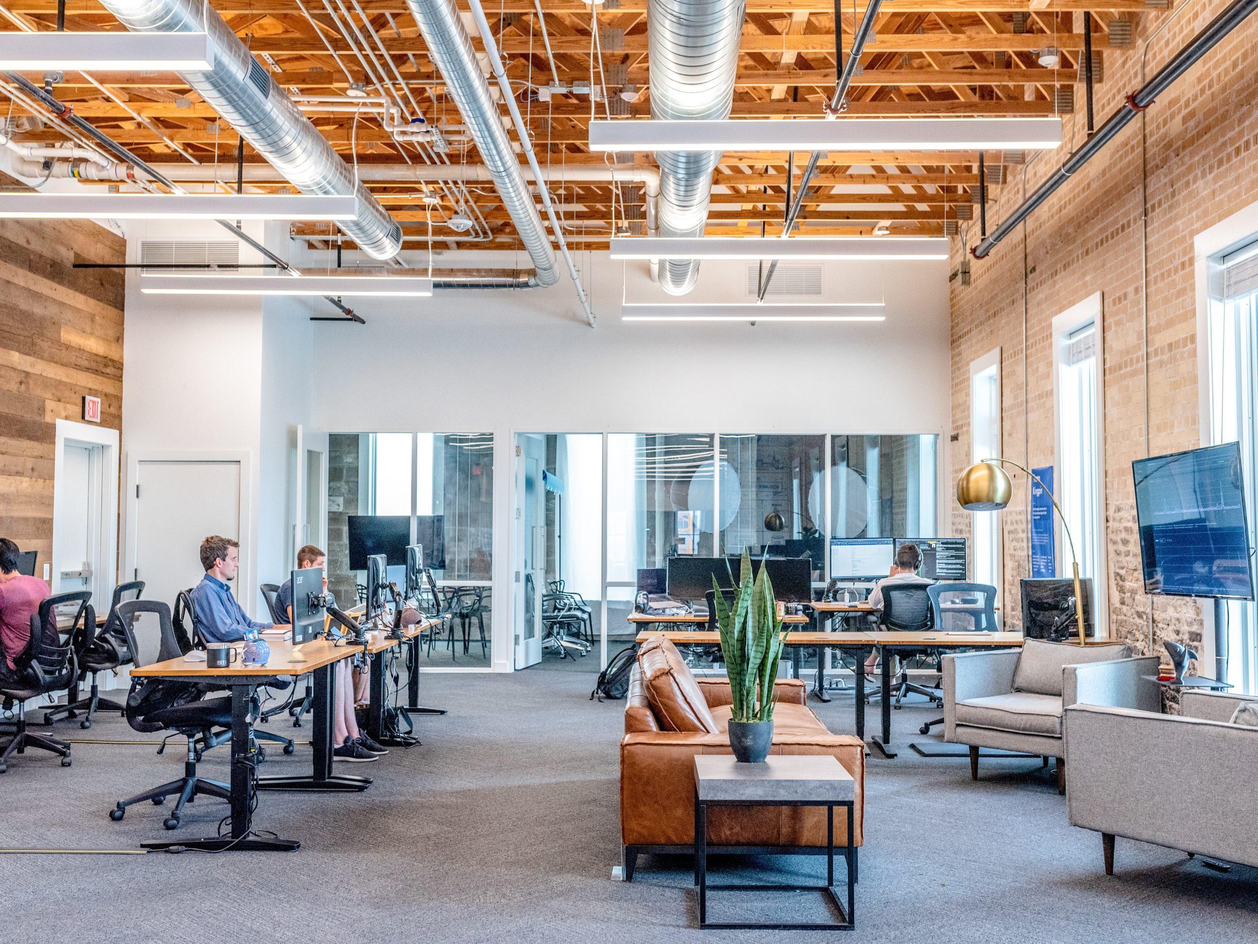 Arbeiter im großen Büro