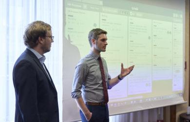 Kollegen halten eine Präsentationen