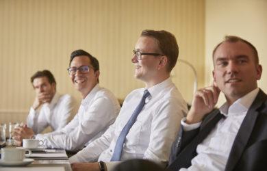Arbeiter sitzen im Meeting