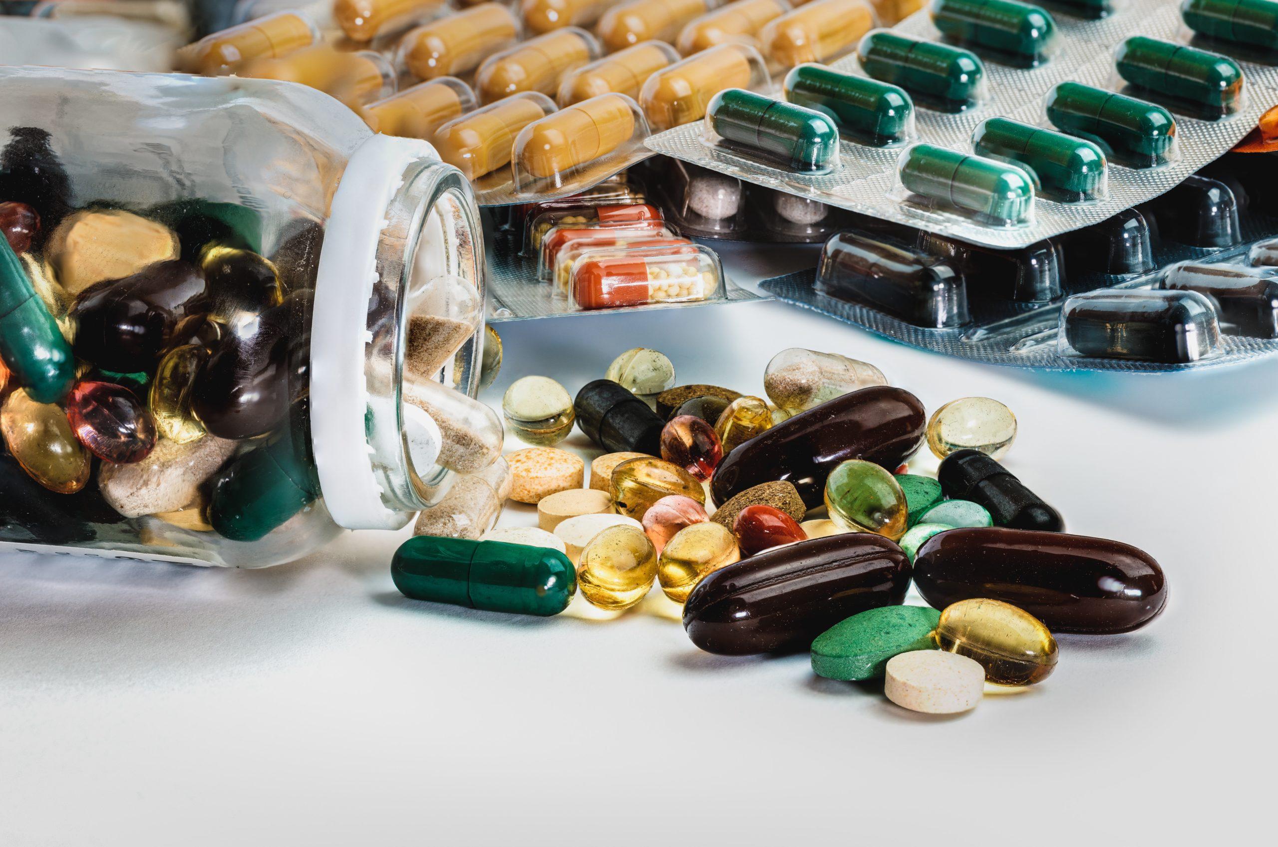 Medikamente Tabletten auf dem Tisch