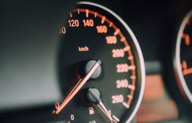 Nahaufnahme vom Tachometer vom Auto