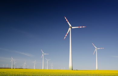 mehrere Windkraftanlagen auf einem Feld