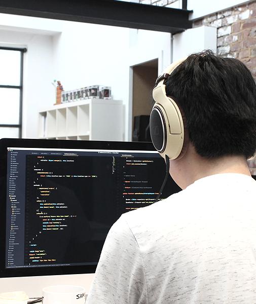Mann mit Kopfhörern codiert