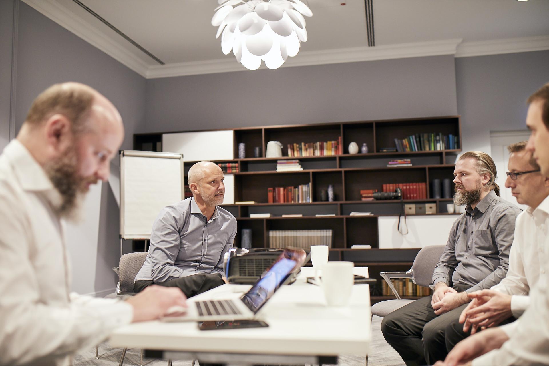 Consileon Mitarbeiter sind in einem Meeting im Büro.