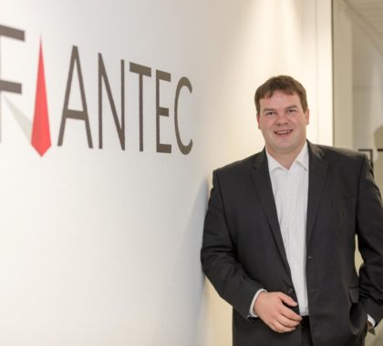 Stefan_Plagemann steht bei Wand mit FIANTEC Logo