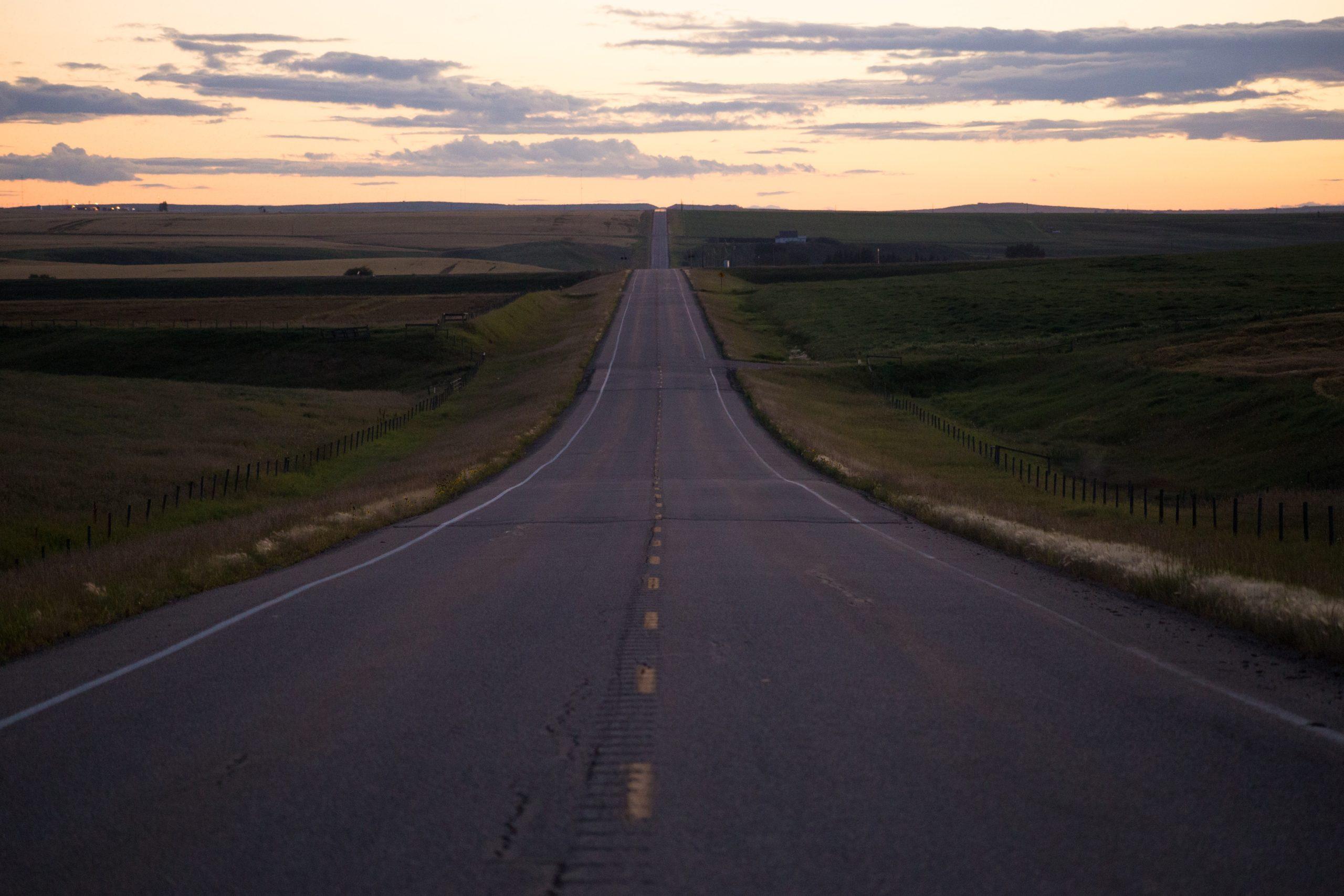 Lange Straße durch den Feld