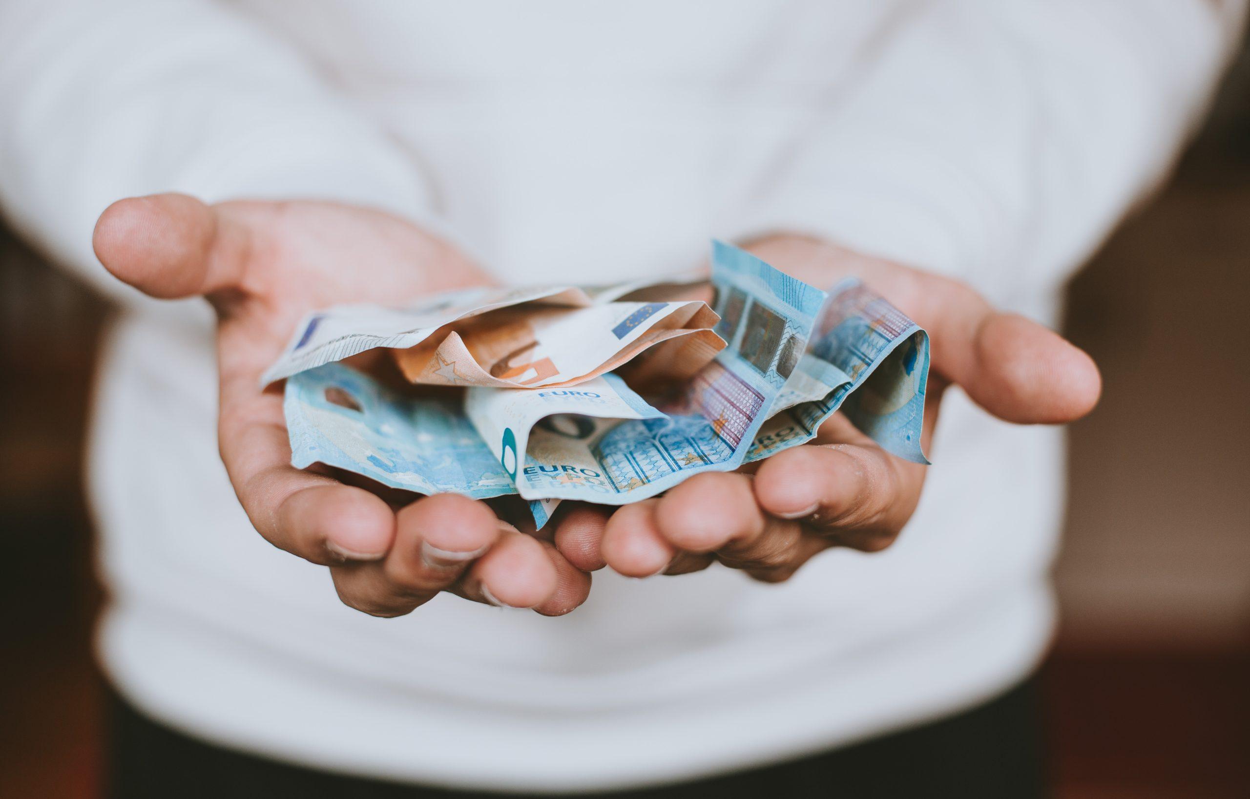 Man Hält Euro Scheine in den Händen