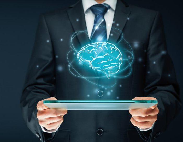 Man mit Tablett und holografische Darschtellung vom Gehirn