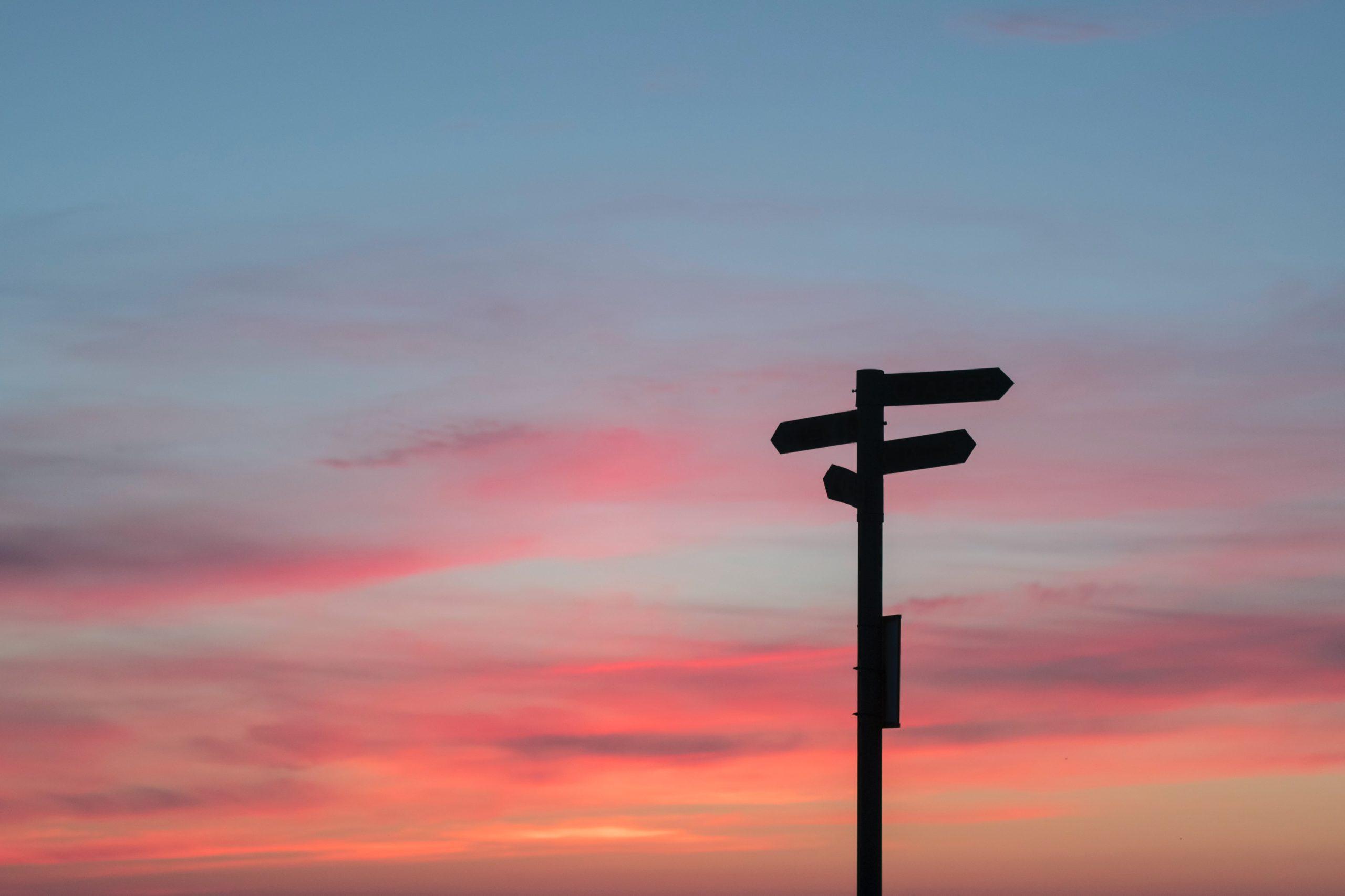 Wegweiser bei Sonnenuntergang