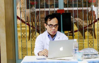 Arzt vor dem PC
