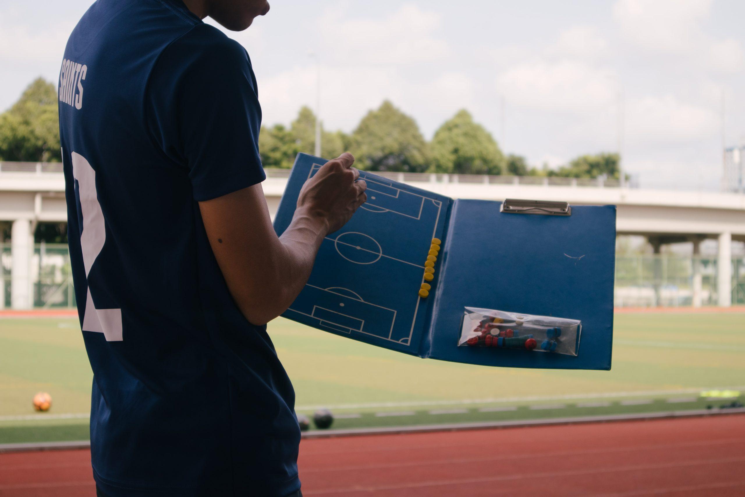 Fußballtrainer erklärt Spielplan