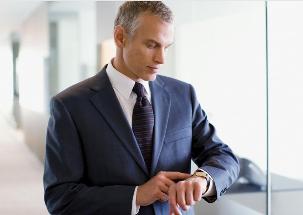 Geschäftsmann checkt seine Uhr