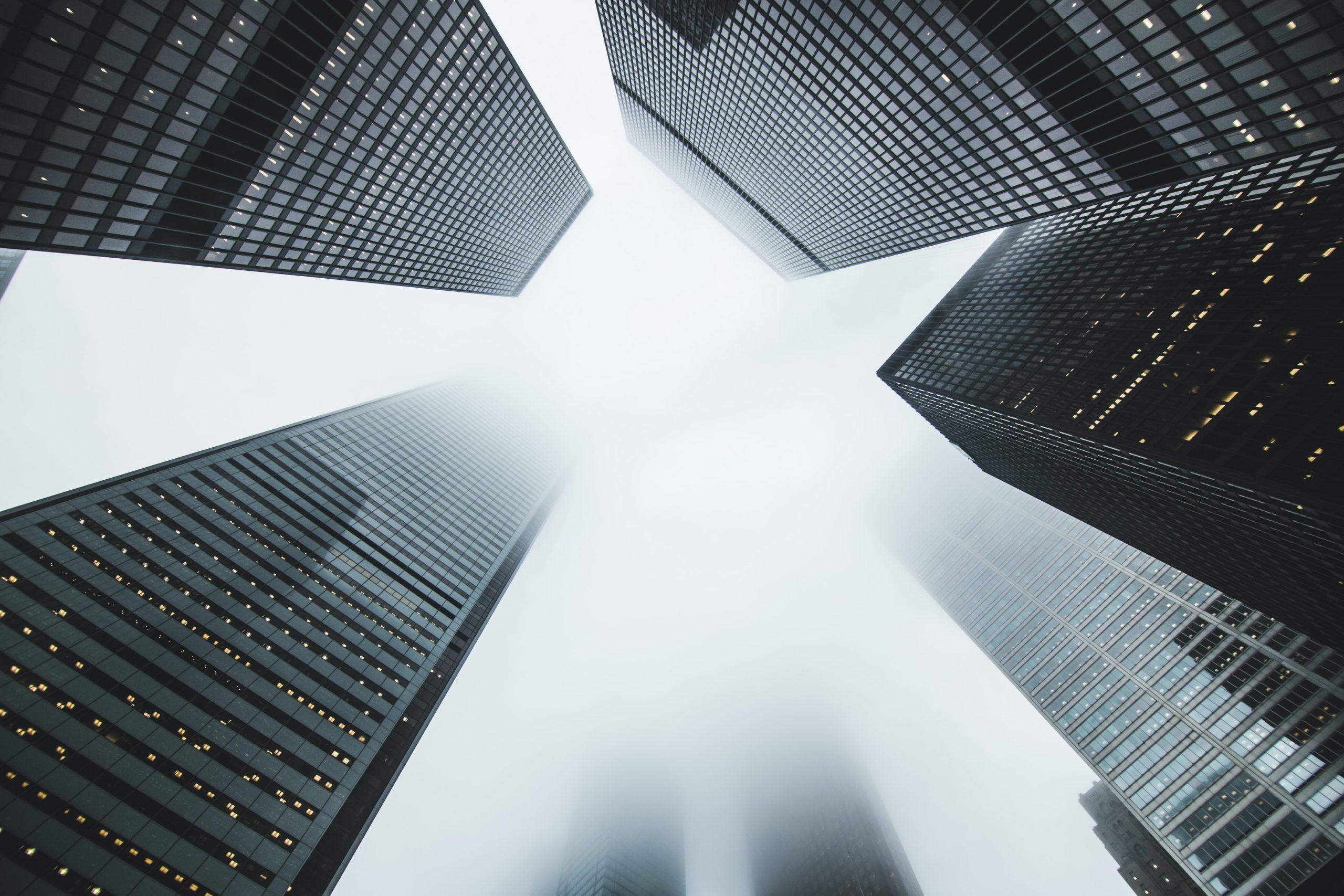 Hochhäuser im Nebel