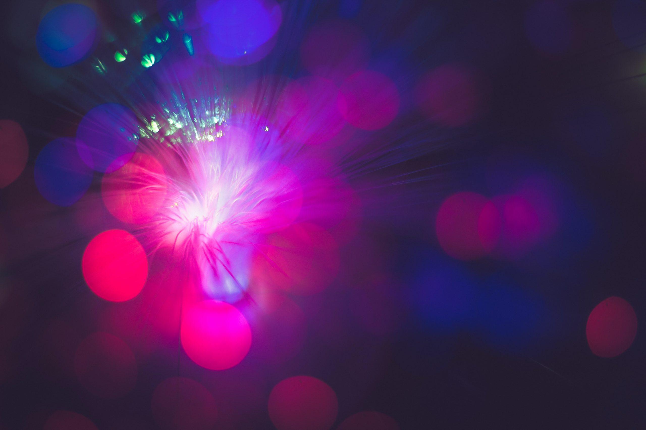 Abstraktes Bild mit roten und blauen Lichtern