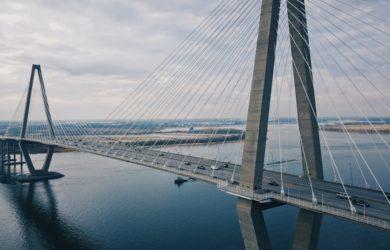 Brücke über einem Fluss