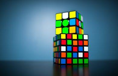 zwei Rubiks Cube aufeinander gestapelt