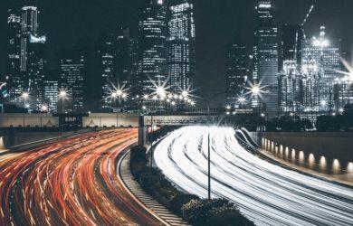 Straße bei Nacht mit viel Verkehr