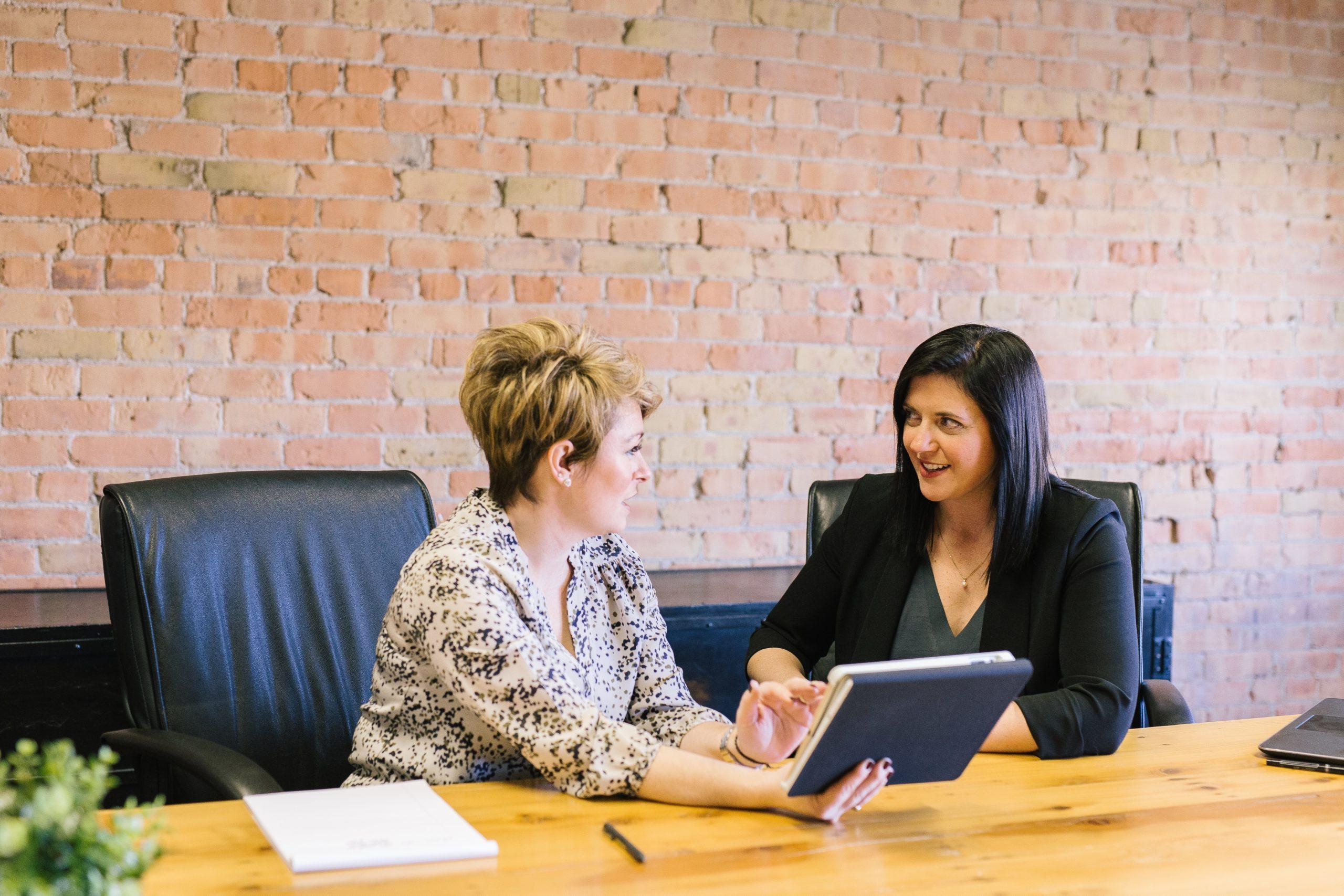 Zwei Frauen arbeiten zusammen in einem Team