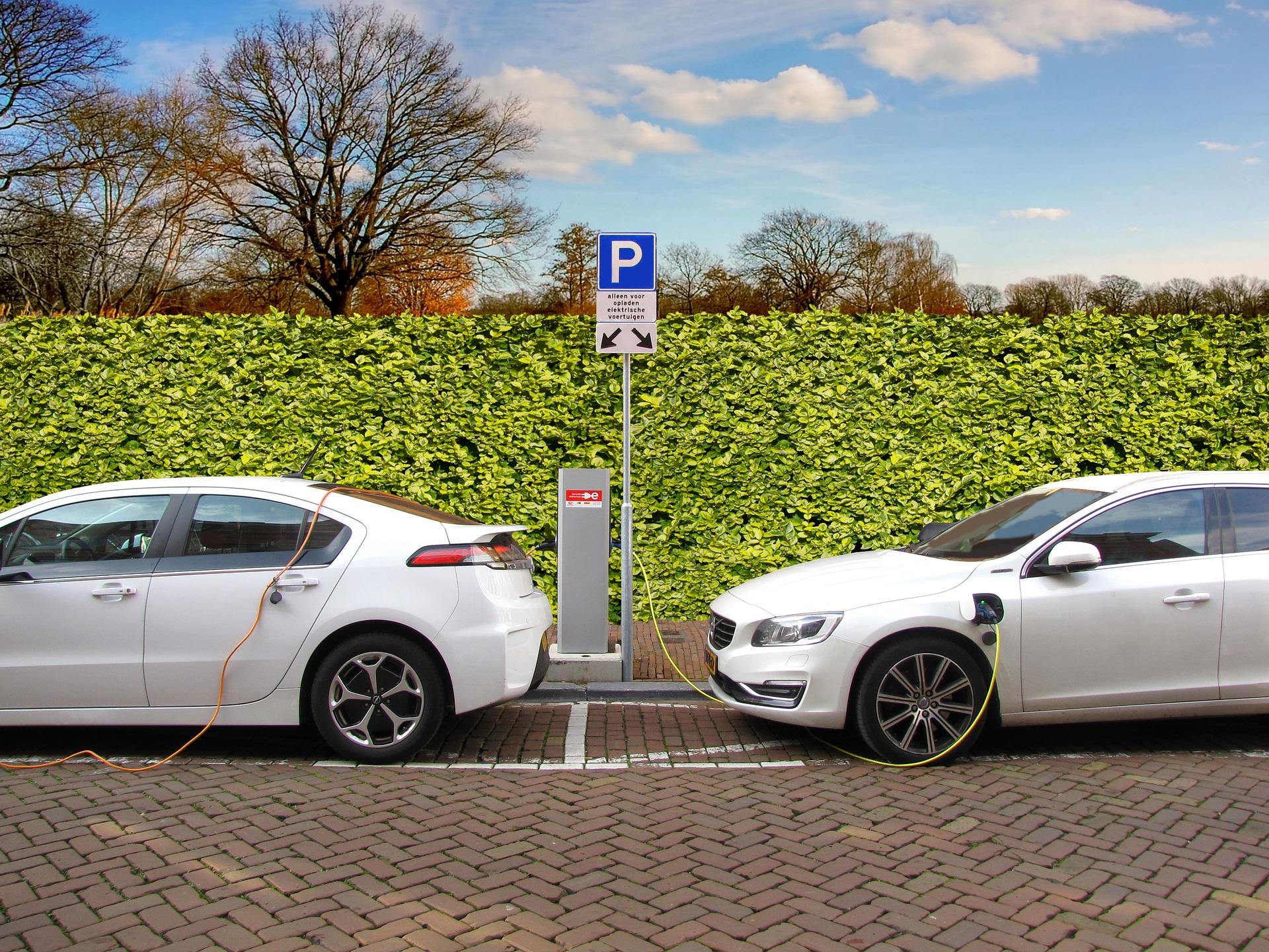 Zwei Elektro-Autos laden an einer Ladestation