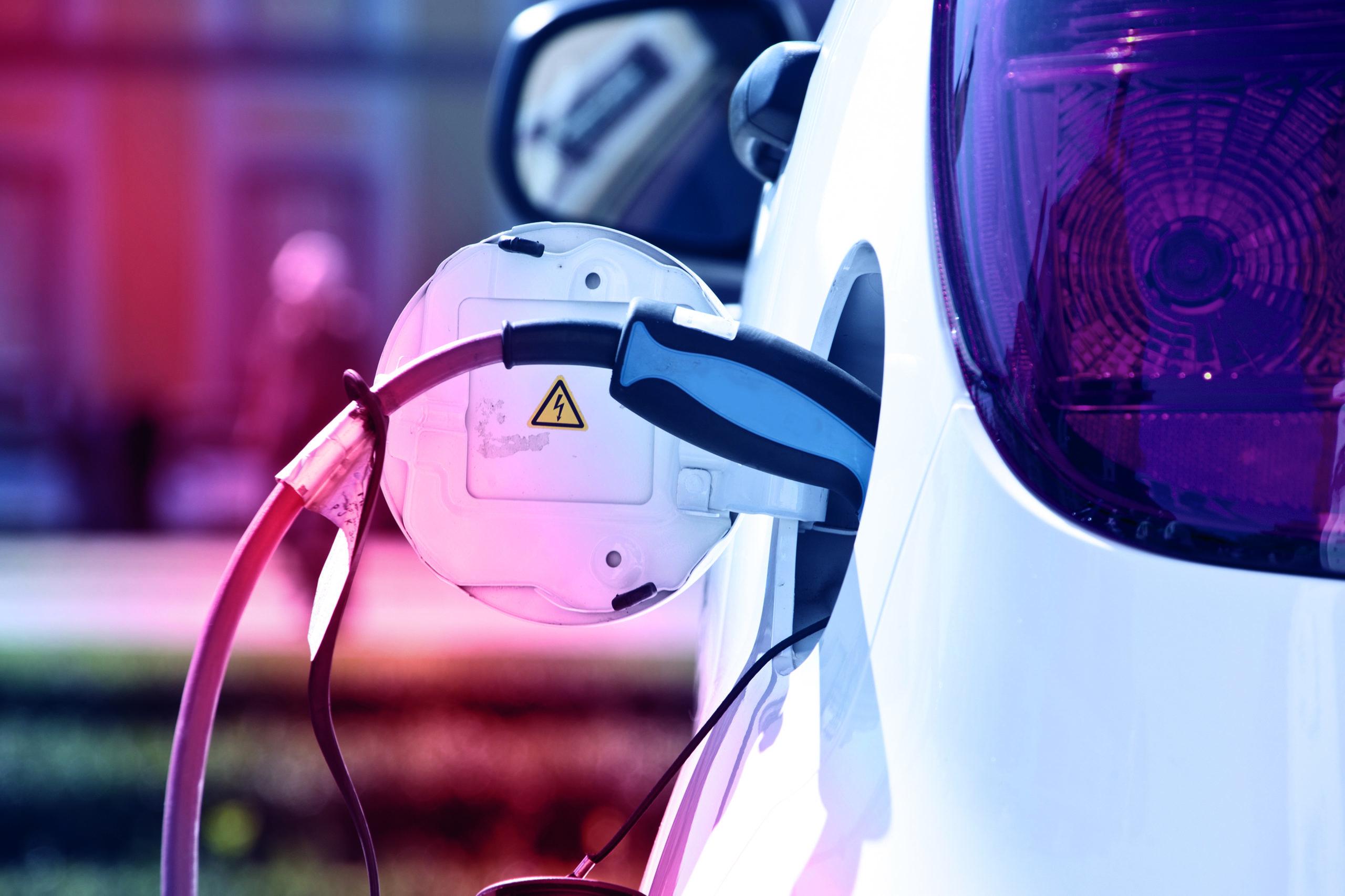 Elektroauto wird getankt