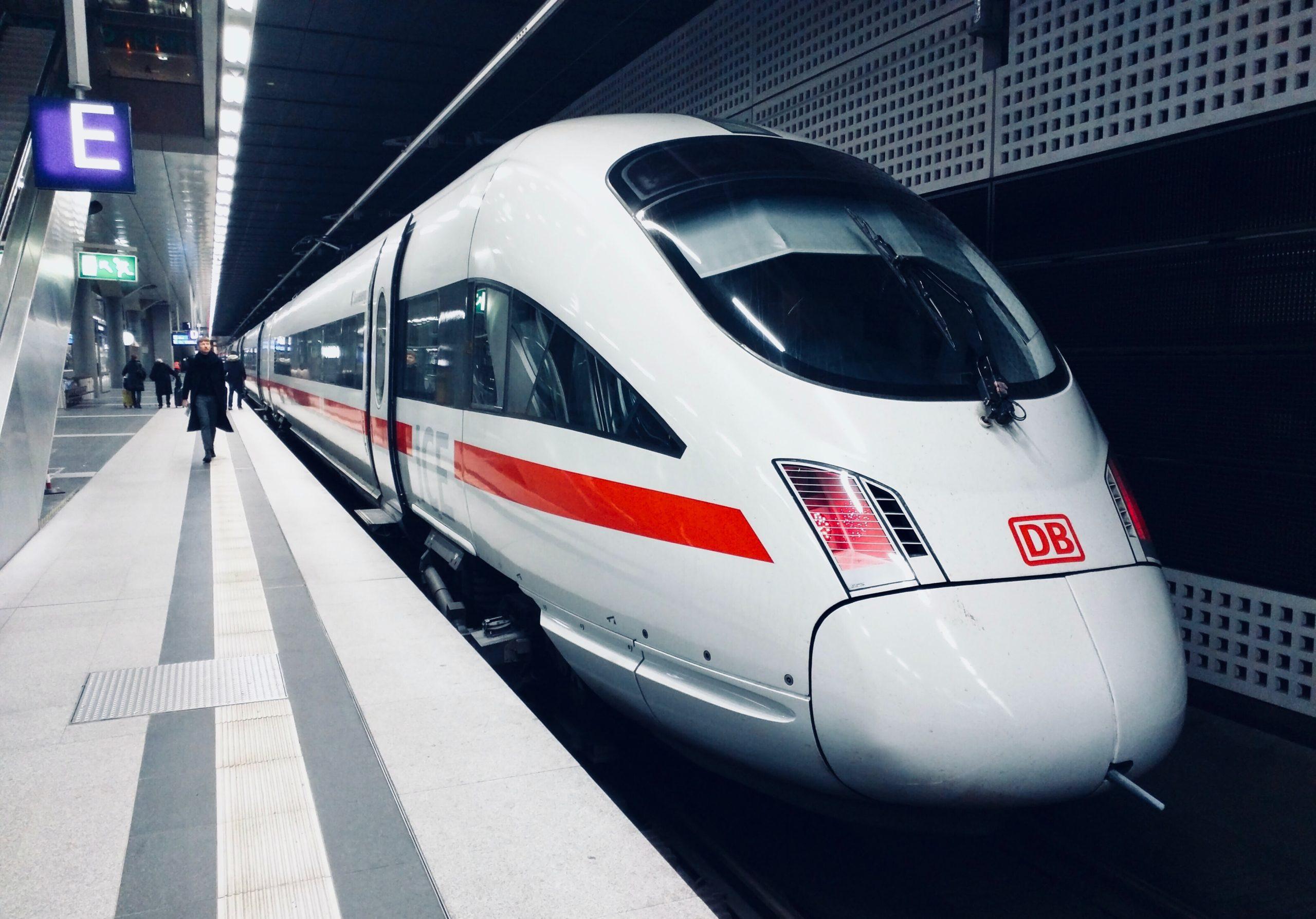 ICE Zug am Bahngleis