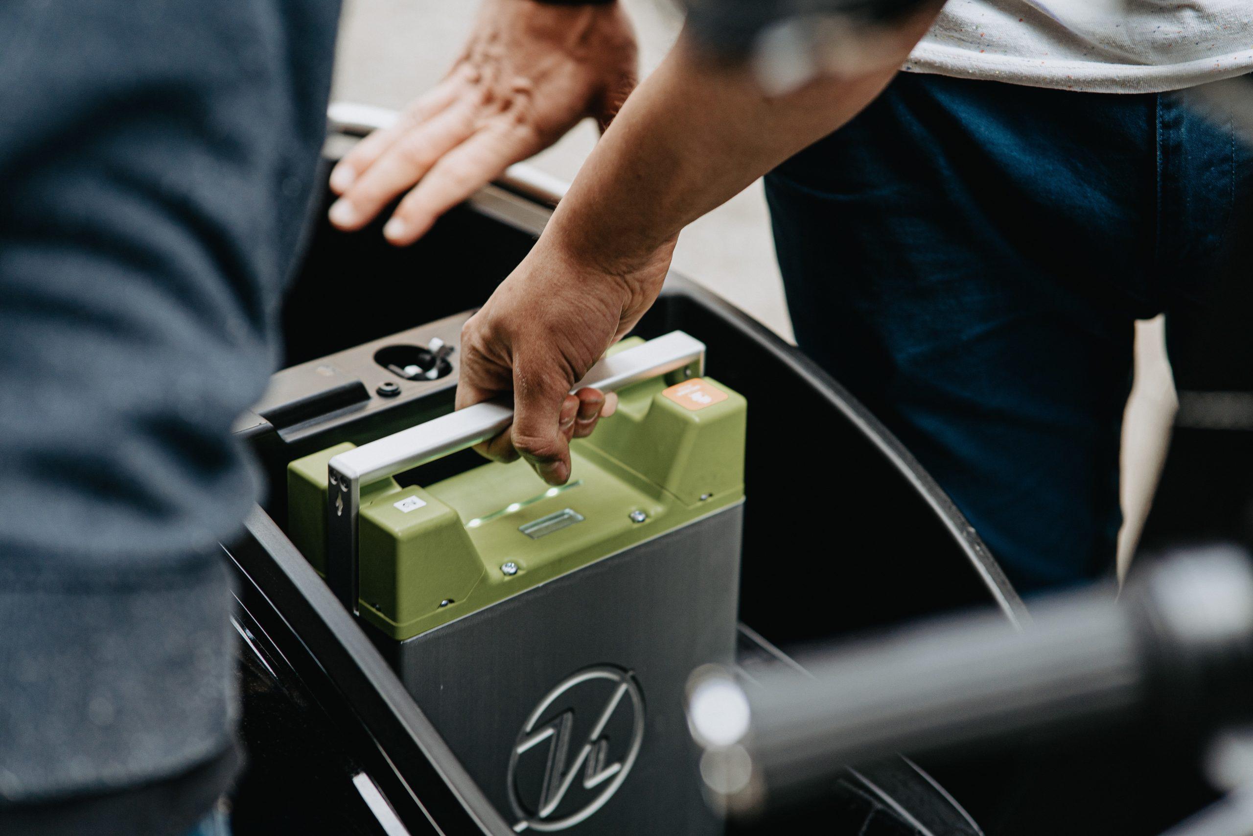 Batterie wird in eine Elektro Auto eingesetzt