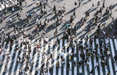 Viele Menschen überqueren eine Straße