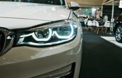 Nahaufnahme von einem weißen Auto im Showroom