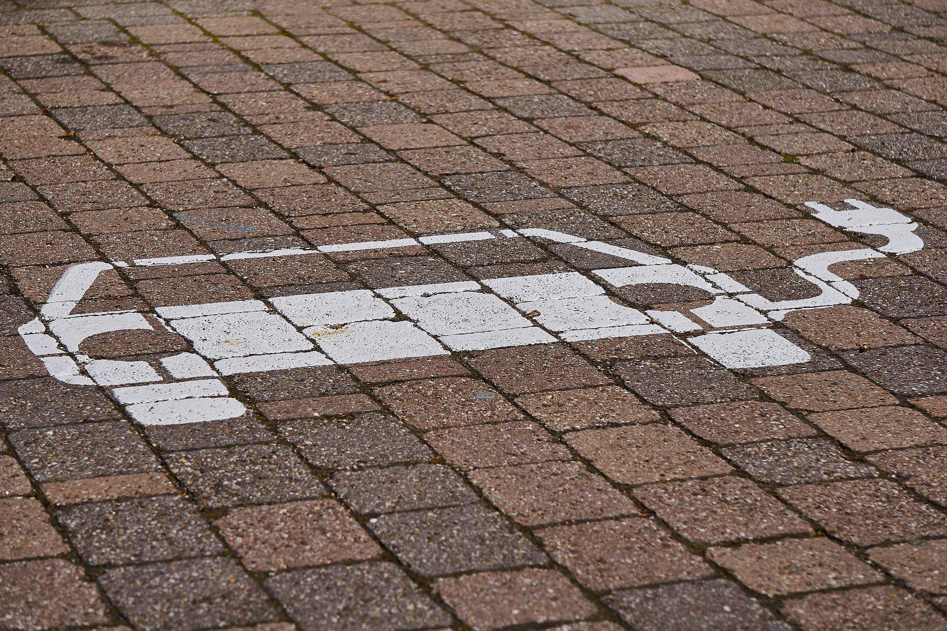 Parkplatz für Elektrowagen mit Ladesymbol