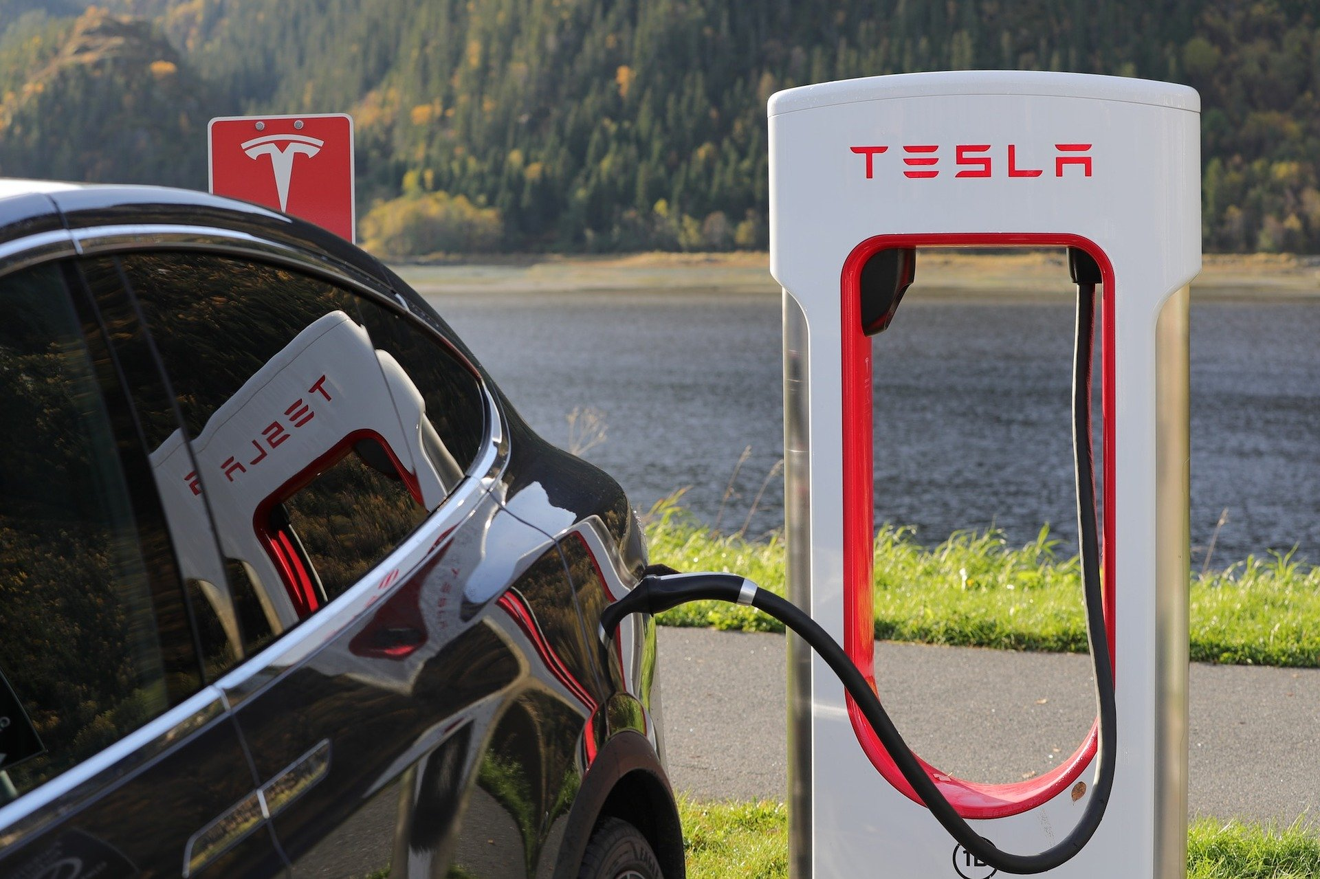 Tesla Elektro-Auto ladet an einer Ladesäule