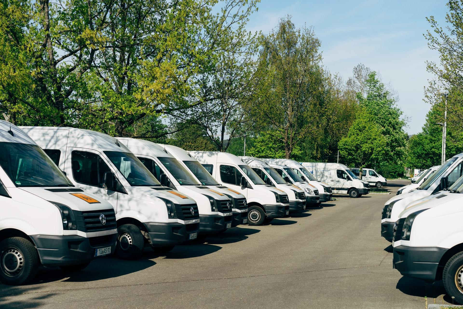 Parkplatz mit Schulbüssen in einer Reihe