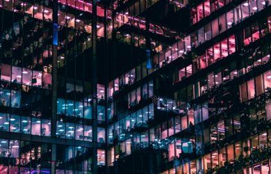 Glassgebäude Büro in der Nacht