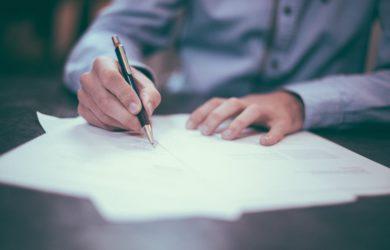 Mann unterschreibt ein Vertrag