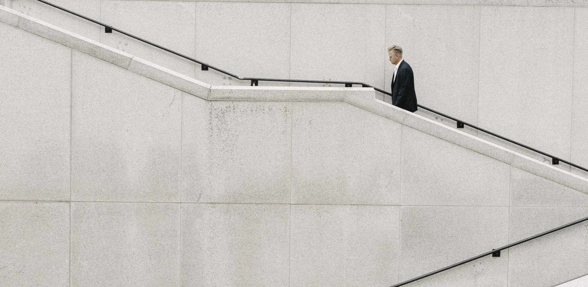 Minimalistisches Bild von einem mann, der die Treppe hochläuft