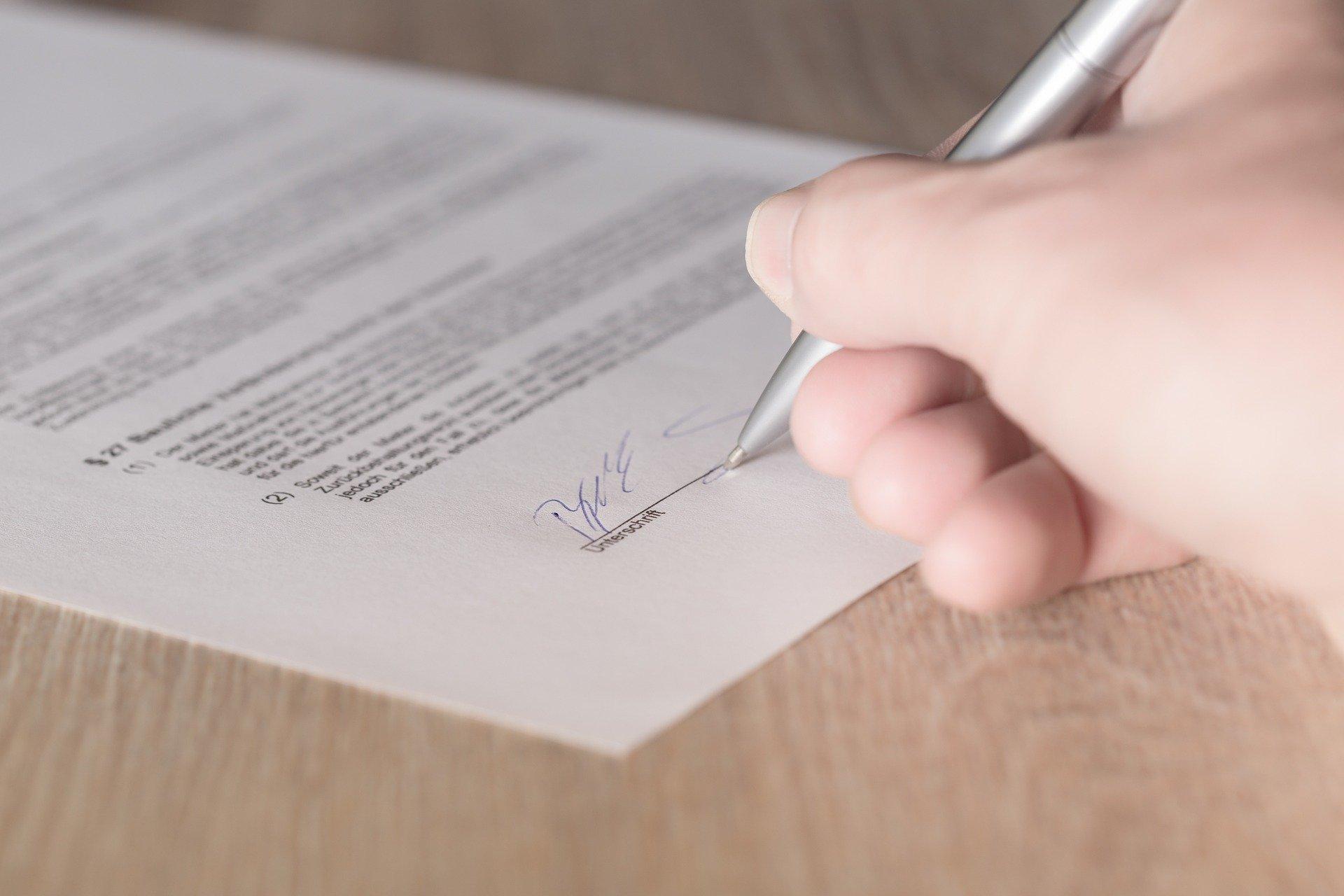 Person unterschreibt