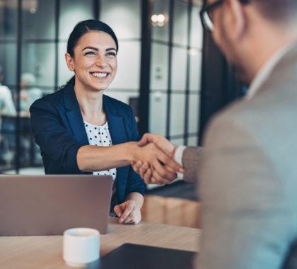 Frau macht ein Deal mit einem Mann im Büro