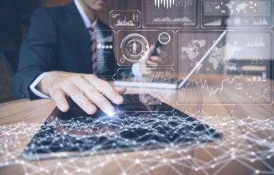 Geschäftsmann mit Tablet-PC und Konzept der Informations- und Kommunikationstechnologie.