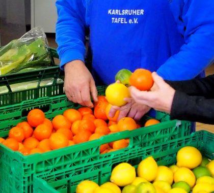 Markt an dem Gemüse und Obst an Bedürftige gespendet wird von Karlsruher Tafel