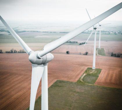 Bild von Windrädern auf dem Feld