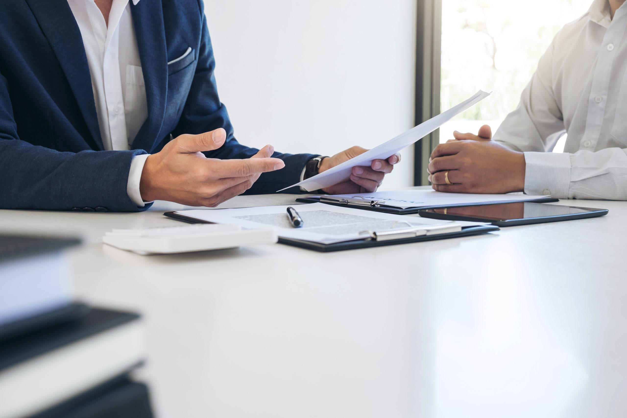 Geschäftsmann diskutiert Vertrags Details mit Kunden