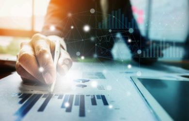 ahaufnahme eines Geschäftsmannes, der einen Stift in der Hand hält und auf Finanzunterlagen mit einem Finanznetzwerkdiagramm zeigt.