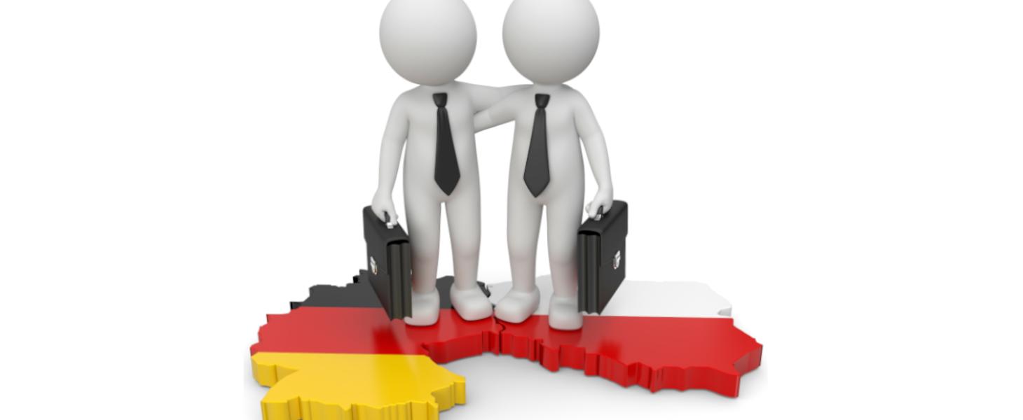 2 Figuren mit Krawatten, die sich gegenseitig an der Schulter halten. Einer steht auf dem Deutschen Land und der andere auf dem Polnischen Land