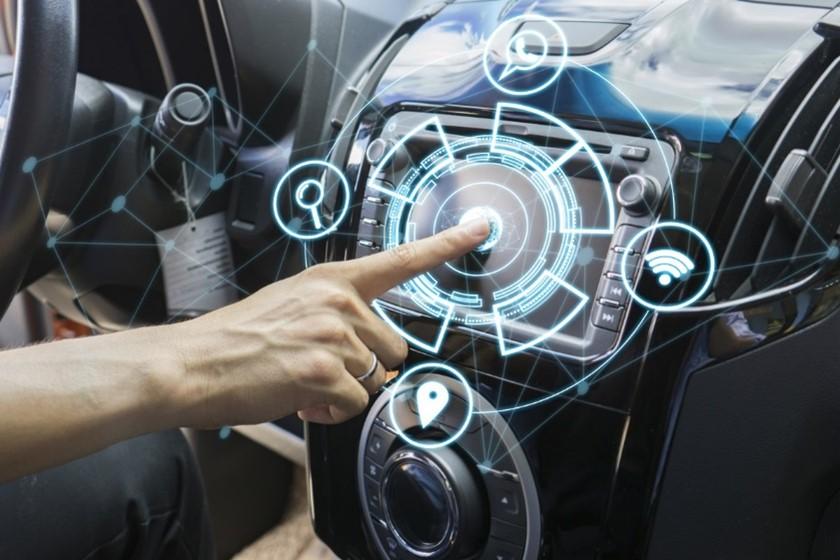 Mensch drückt auf den Bildschirm im Auto, §D Abbildung von Auto Software