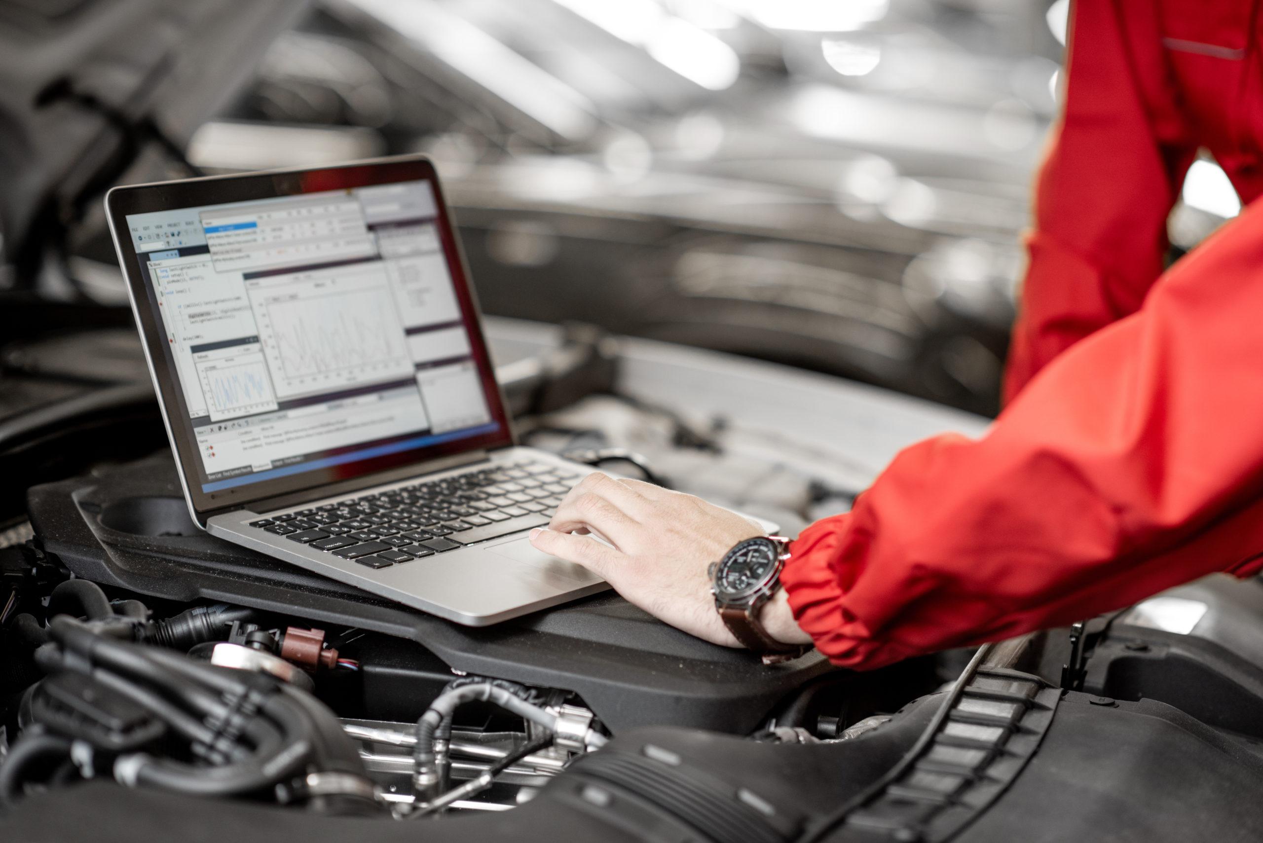 Automechaniker analysiert Daten vom Automobil