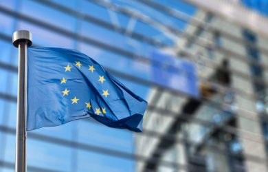Europäische Flagge vor einem Glassgebäude
