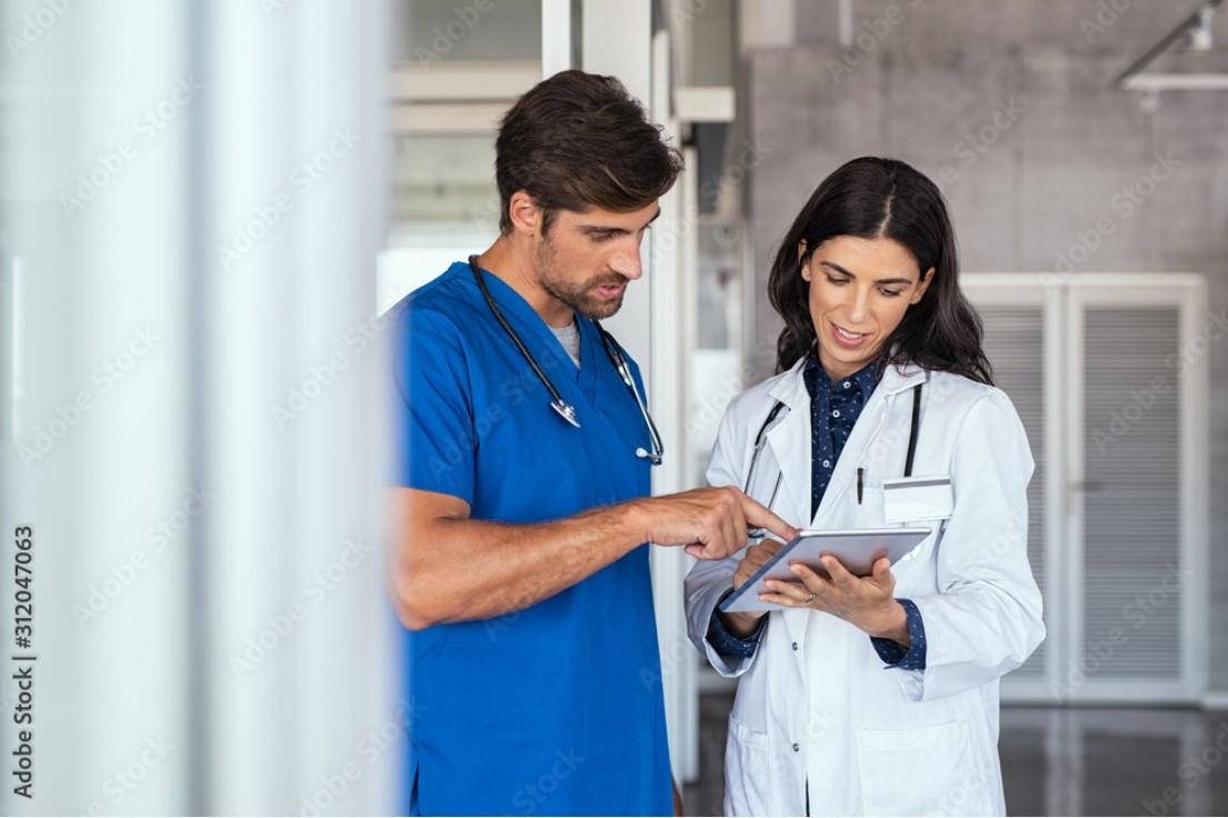 Ärztin und Krankenpfleger besprechen den Bericht
