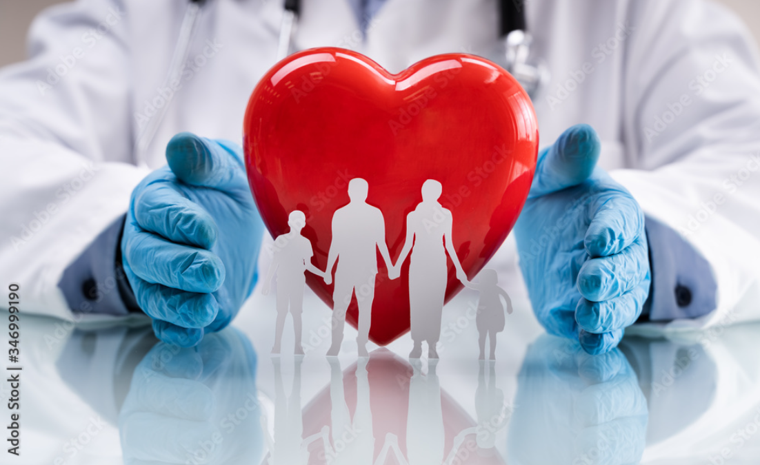 Familienkardiologie und medizinische Gesundheitsversorgung, Arzt hält Händ um ein Herz, vor dem eine Familie steht