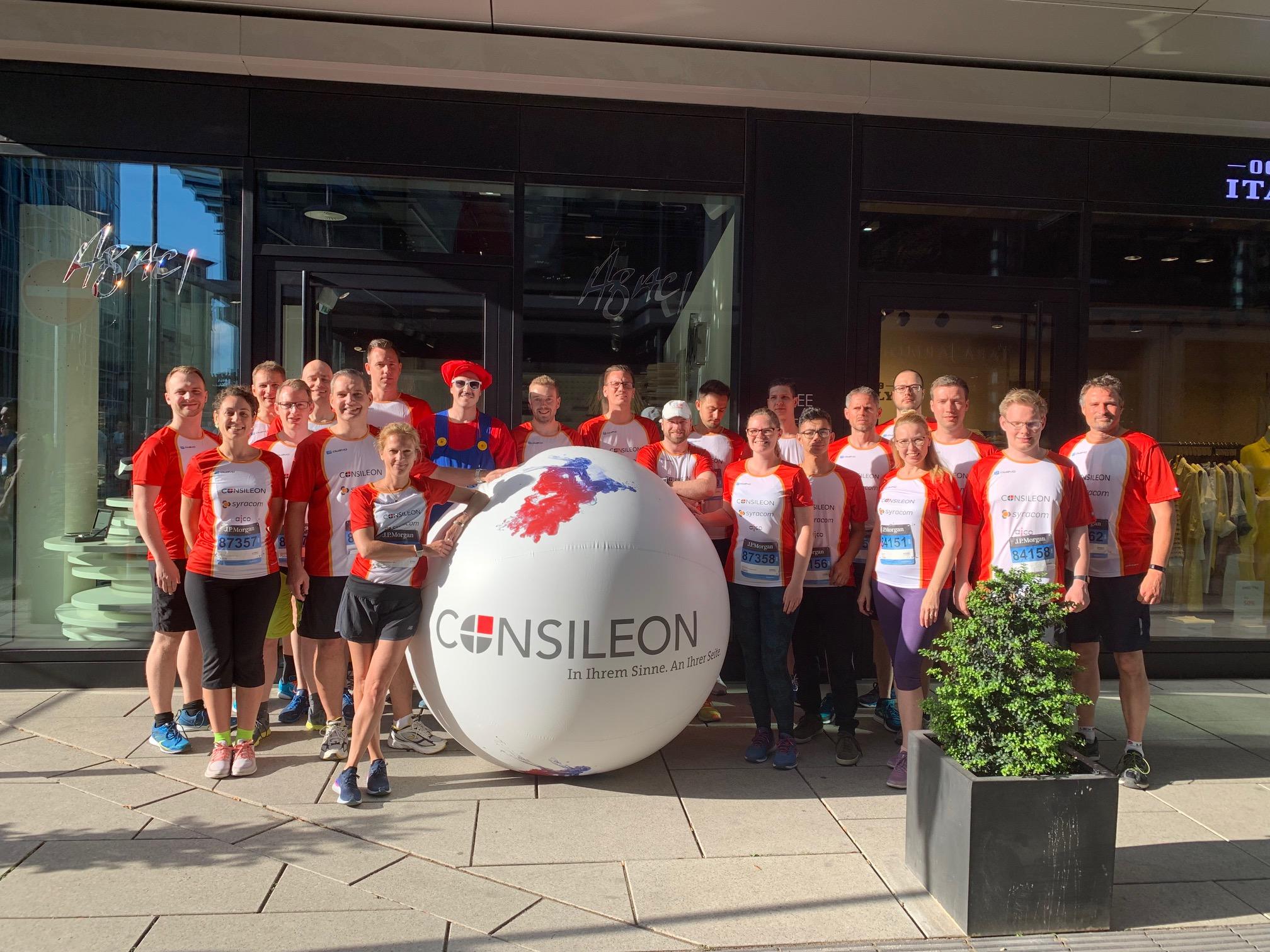 Consileon Team in roter Sport-Kleidung beim Marathon Lauf