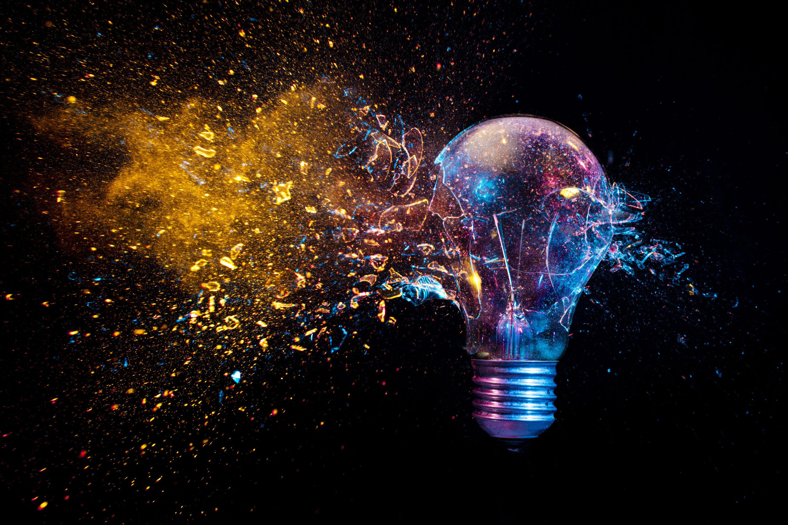 Explosion einer herkömmlichen Glühbirne. Aufnahme mit hoher Geschwindigkeit.