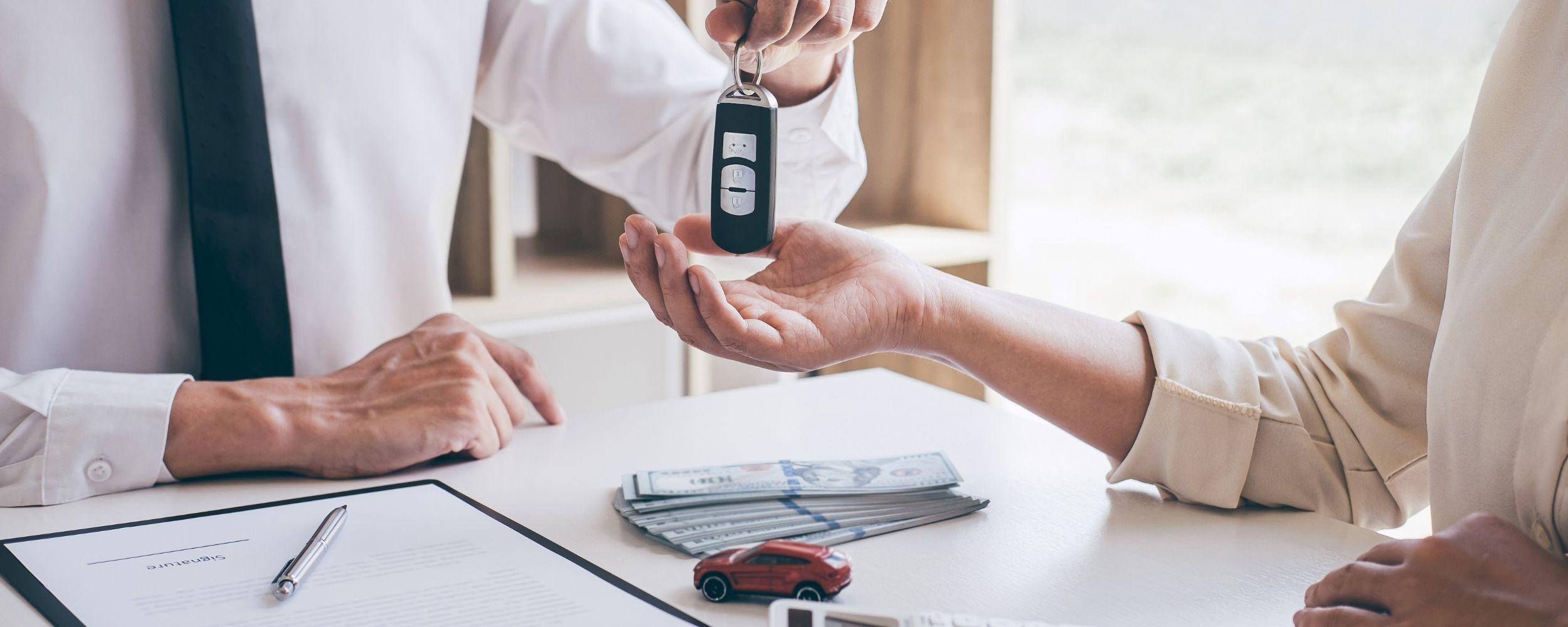 Finanzdienstleistungen im Automobilsektor dargestellt als Verkauf eines Fahrzeugs an eine Kundin